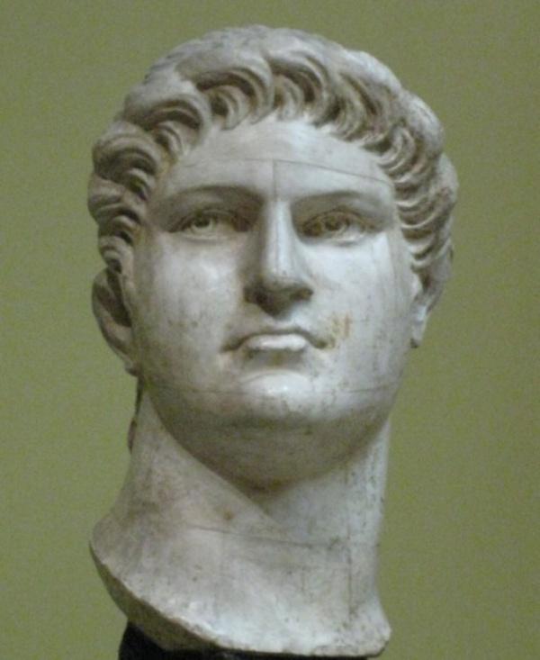 تمثال الامبراطور نيرون الذي حرق روما