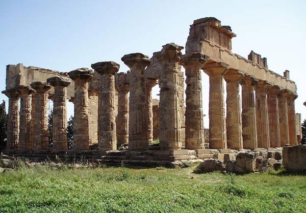 معبد زيوس في سيرين من اشهر المعابد اليونانية