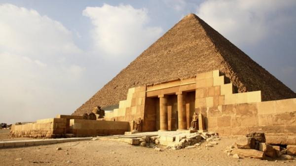 من عجائب الدنيا السبع القديمة الهرم الاكبر